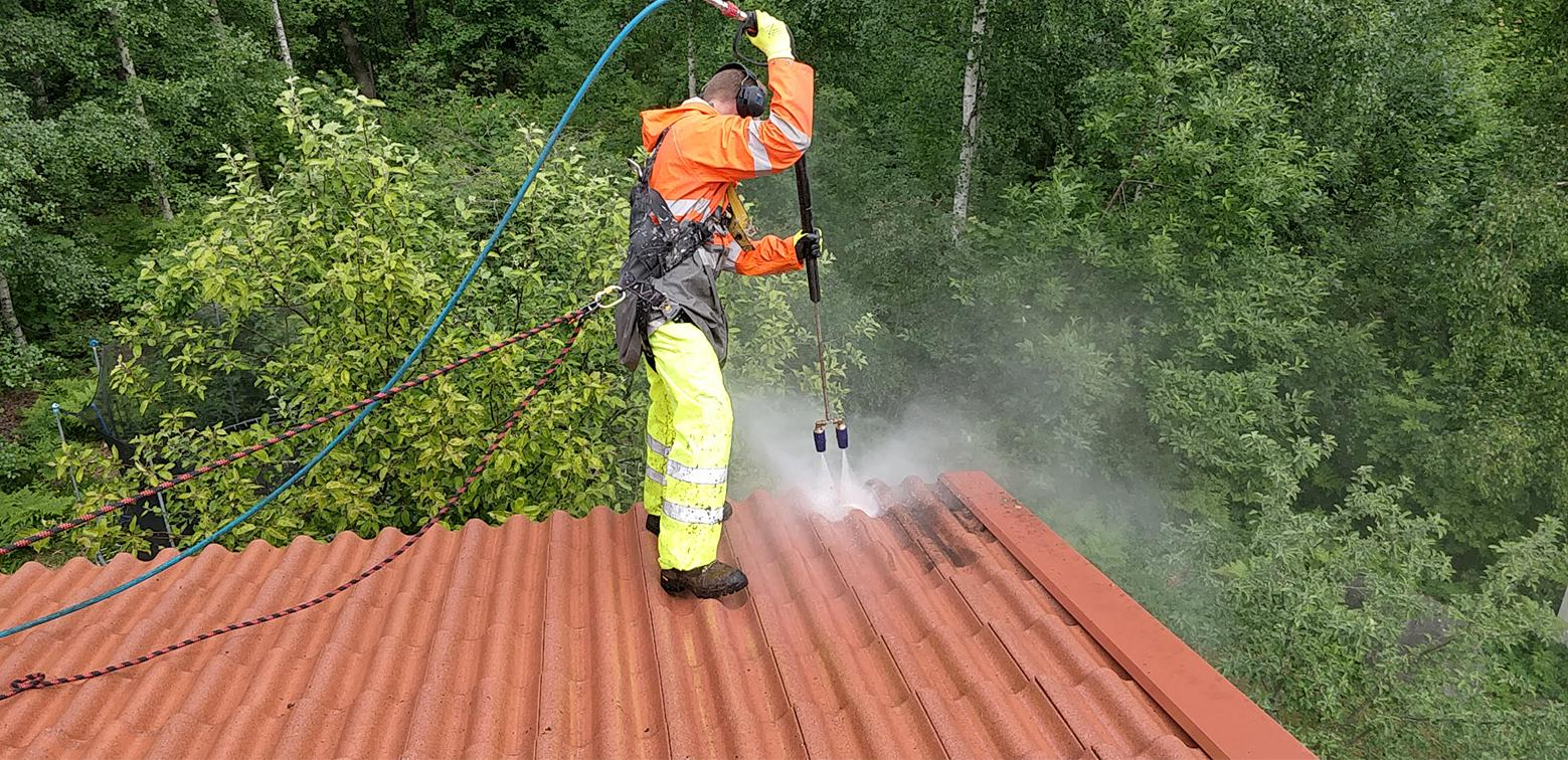 Katto ja vesikourut pestään puhtaaksi Pintamestareiden tehokkaalla pesukalustolla.