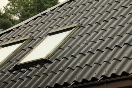 Mineriittikaton huolto saa vanhan ja ränsistyneen katon näyttämään täysin uudelta.