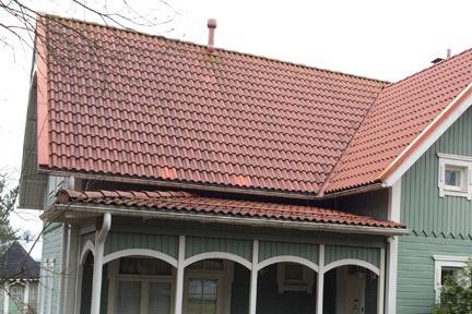 Nuhjuinen tiilikatto saa uuden ilmeen katon huoltotoimenpiteillä, kuten katon pesulla ja maalauksella