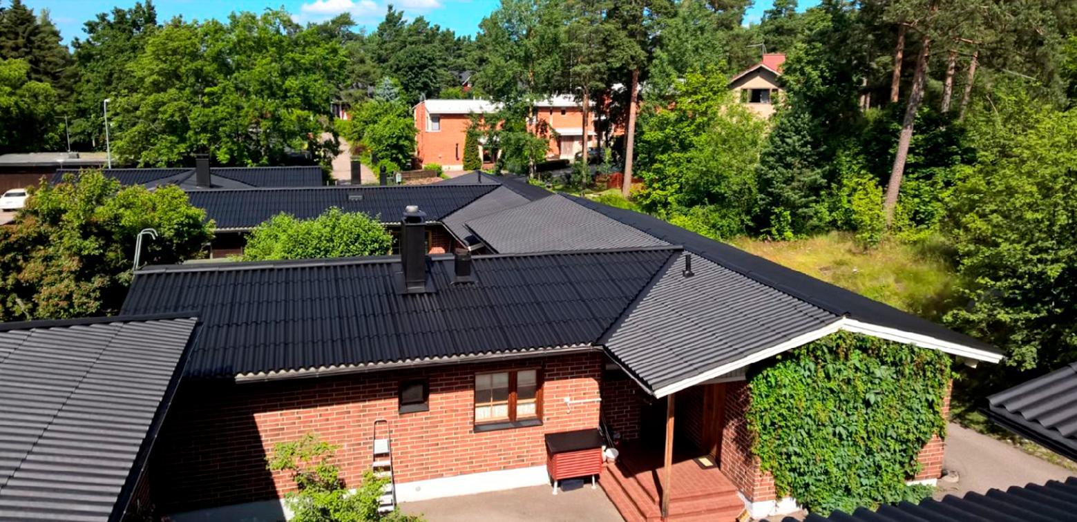 Mineriittikattojen pinnoitus ja pesu antaa katolle uuden ilmeen ja tuplasti lisää elinikää.