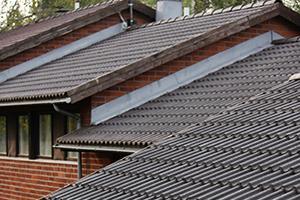 Sammaleen poisto katolta pitää katon hyväkuntoisena ja kestävänä.